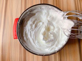 蛋白蛋糕,接着蛋清倒入无油无水的盆中,滴入几滴柠檬汁,用电动打蛋器搅打,分3次加入细砂糖打至硬性发泡,打蛋器提起有直立小尖角蛋白糊即可