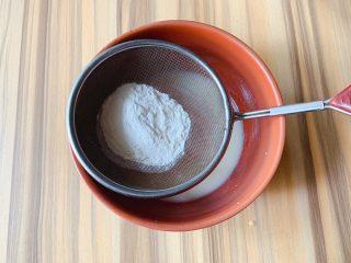 蛋白蛋糕,过筛加入玉米淀粉