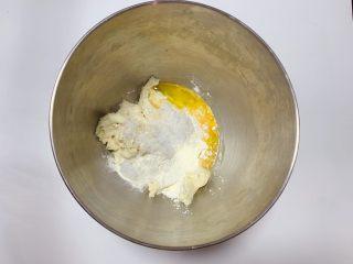 鸡蛋面包,冷藏发酵过后的中种面团撕成小块后放入面桶中,并加入主面团中除黄油以外的所有材料揉成光滑面团
