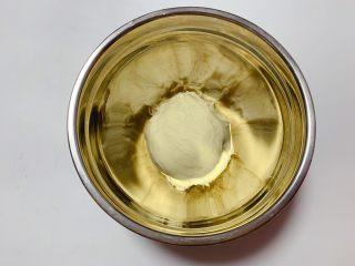 鸡蛋面包,首先将中种面团的所有材料揉成光滑状态后放入冰箱冷藏约17小时(面粉吸水性不同,可根据实际状态加减)