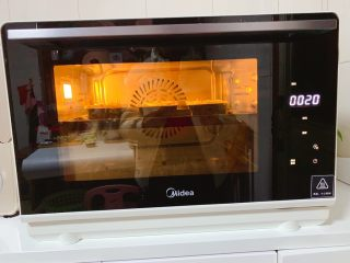 鸡蛋面包,再将食材送入美的S4-L281E蒸烤箱中层,开启185度约20分钟烘烤(烘焙温度只供参考,请根据自家烤箱温度调整)