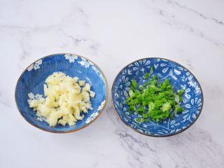 简易版油泼面,蒜切末,葱切葱花备用