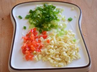 凉拌秋葵,切好葱花,蒜末,红辣椒碎