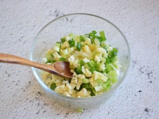凉拌秋葵,葱花和蒜末放入碗中