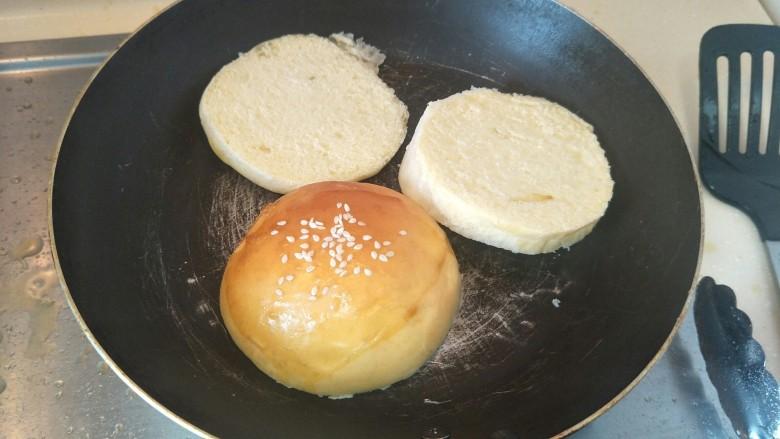 布里欧修黄油汉堡包🍔,黄油面包🍞放入锅中小火煎至金黄