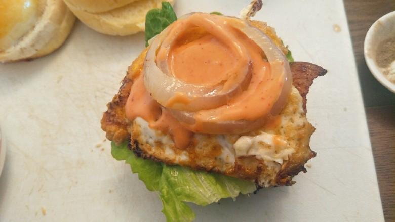 布里欧修黄油汉堡包🍔,配上洋葱圈加入秘制酱汁