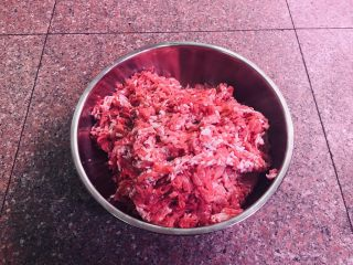 #猪五花肉#自制腊肠,将肉用机器先切成片,然后再切成丝。