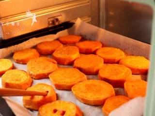 香烤红薯 ,红薯用筷子可以轻轻戳动即可