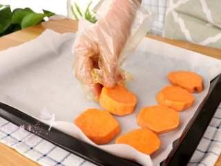 香烤红薯 ,摆入铺油纸的烤盘上  tips:我这里烤了两个红薯的量,刚好是一盘,我用的烤箱是30L的