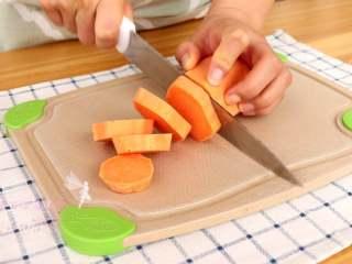 香烤红薯 ,切成片,大概就是1cm多的厚度,这样烤出来的红薯片不会很干,时间上也可以缩短好多