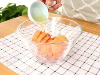 香烤红薯 ,倒入玉米油   tips:玉米油可以用其他的食用油代替,尽量选用无味道的油,不会掩盖红薯本身的香味,比如橄榄油等
