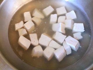 #年年有余#酱焖鲫鱼豆腐,大豆腐切块,用淡盐水煮1分钟