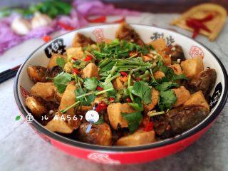 #年年有余#酱焖鲫鱼豆腐,撒香菜碎、大蒜末、辣椒末,装盘食用