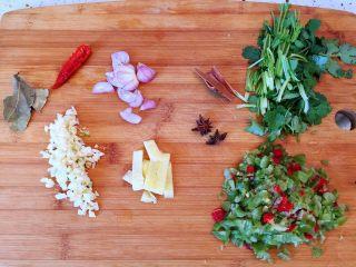 #年年有余#酱焖鲫鱼豆腐,毛葱切片,生姜切小块,大蒜切末,香菜切段,辣椒切末
