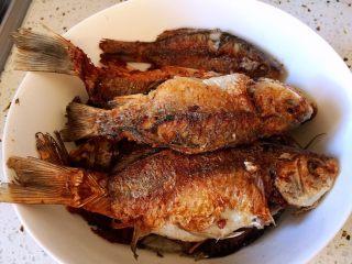 #年年有余#酱焖鲫鱼豆腐,煎好的鱼,盛出备用