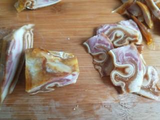 凉拌猪耳  新文美食,把猪耳厚的地方切成片。