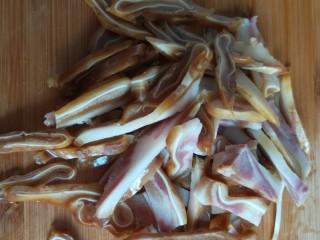 凉拌猪耳  新文美食,其余的切成丝。