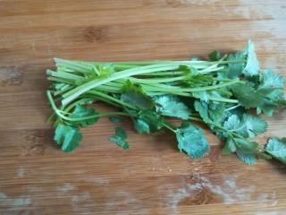 凉拌猪耳  新文美食,香菜两颗洗干净切成段。