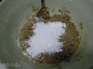 花生、芝麻汤圆,搅拌均匀,加入熟糯米粉。