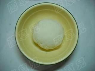 茼蒿鸡蛋生煎包,揉匀揉透成光滑面团,饧发20分钟。