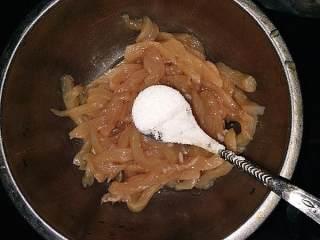 五彩鸡丝,鸡肉切成条,不要太细,太细感觉没有嚼劲(如果煮鸡丝粥的话可以切细一点)。用一个碗装好,加半勺盐(我家小勺一勺盐在3克左右),5克左右的淀粉。加盐是为了预先调味,后面是快炒的,不容易入味。加淀粉是让鸡肉保持滑嫩,不会太柴。