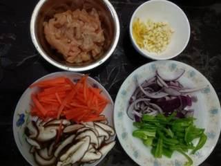 五彩鸡丝,配菜洗净,姜蒜切好。香菇切薄片,胡萝卜、青椒切条,洋葱纵切,掰成一条条的。(后面有出现干辣椒是炒的过程中临时加的,所以这里没有。不吃辣的人可以不放。)