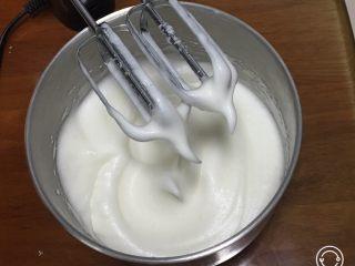 红糖蔓越梅蛋糕,加入15克细砂糖,继续搅打50圈,再加15克细砂糖。