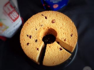 红糖蔓越梅蛋糕,切开后就可以品尝了。