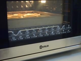 自制蛋挞,烤箱预热200度,烤30分钟