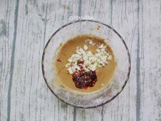 蒜蓉芝麻酱拌面,放入蒜末、一勺油辣子搅拌均匀