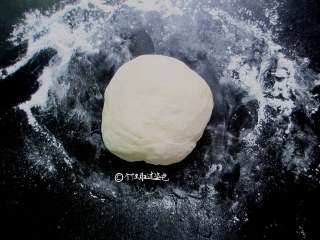 蒜蓉芝麻酱拌面,准备250克面粉,125克水混合均匀揉成光滑的面团,大约揉十分钟,盖上保鲜膜静置十五分钟,拿出面团在砧板上再次揉十分钟,增加面团韧性,然后再盖上保鲜膜醒十五分钟