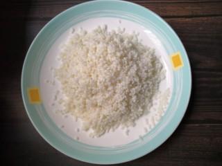 菠萝糯米饭,糯米沥干水,装入盘中。