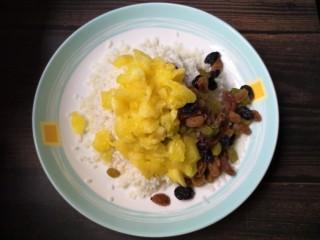菠萝糯米饭,加入菠萝果肉,再加入一些果肉中的水。
