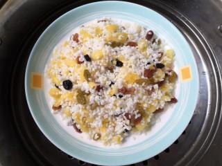 菠萝糯米饭,放入蒸锅。