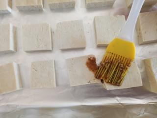 家常烤豆腐,刷上酱汁
