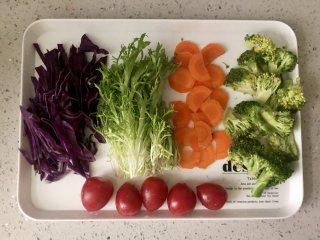 缤纷香醋蔬菜沙拉,把各种蔬菜切好。