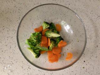缤纷香醋蔬菜沙拉,捞出沥水,放入沙拉碗。