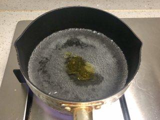 缤纷香醋蔬菜沙拉,锅里烧开水,倒入少许盐和油。