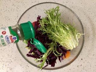 缤纷香醋蔬菜沙拉,加少许黑胡椒粉