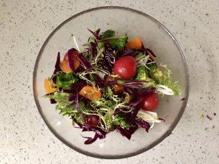 缤纷香醋蔬菜沙拉,然后拌匀即可。
