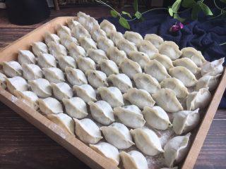 #猪五花肉# 猪肉韭菜虾仁水饺,把包好的饺子整齐的码放在饺子板上。 饺子板上要提前均匀地撒些干面粉,避免饺子和饺子板粘连。