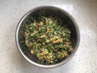 #猪五花肉# 猪肉韭菜虾仁水饺,搅拌均匀备用。 搅拌时视个人口味适当加盐。