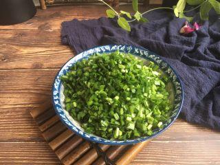 #猪五花肉# 猪肉韭菜虾仁水饺,将韭菜切成韭菜粒。