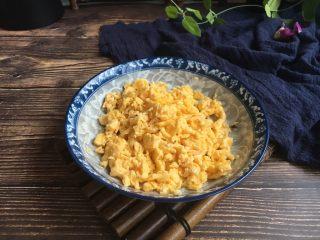 #猪五花肉# 猪肉韭菜虾仁水饺,鸡蛋炒熟,切成碎末。