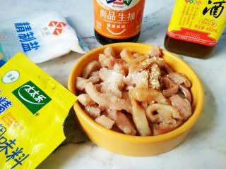 #猪年#番茄浓汤炸肉,里脊肉切长条,放入所有调料腌制(料酒,生抽,盐,鸡精,五香粉,胡椒粉)