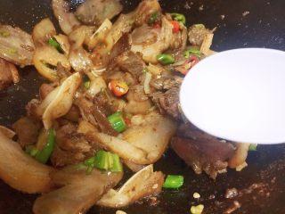 #猪年#回锅猪头肉,放盐炒匀
