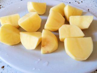 #猪年#排骨土豆炖豆角,土豆切块备用