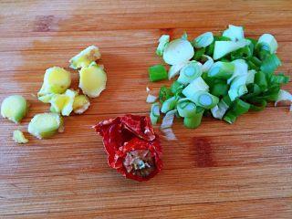 #猪年#排骨土豆炖豆角,葱切碎,生姜切片