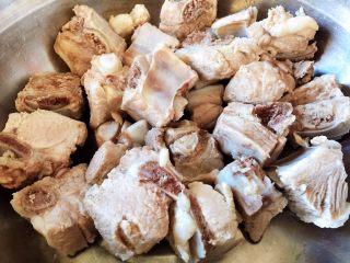 #猪年#排骨土豆炖豆角,排骨捞出洗净沥干水分