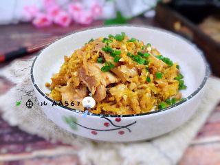 #猪年#五花肉炒酸菜,装盘食用